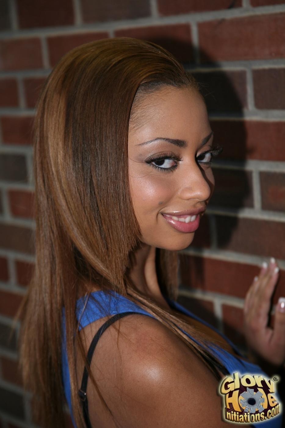 Черная красотка Angel Cummings на пике кайфа ласкает белый хер