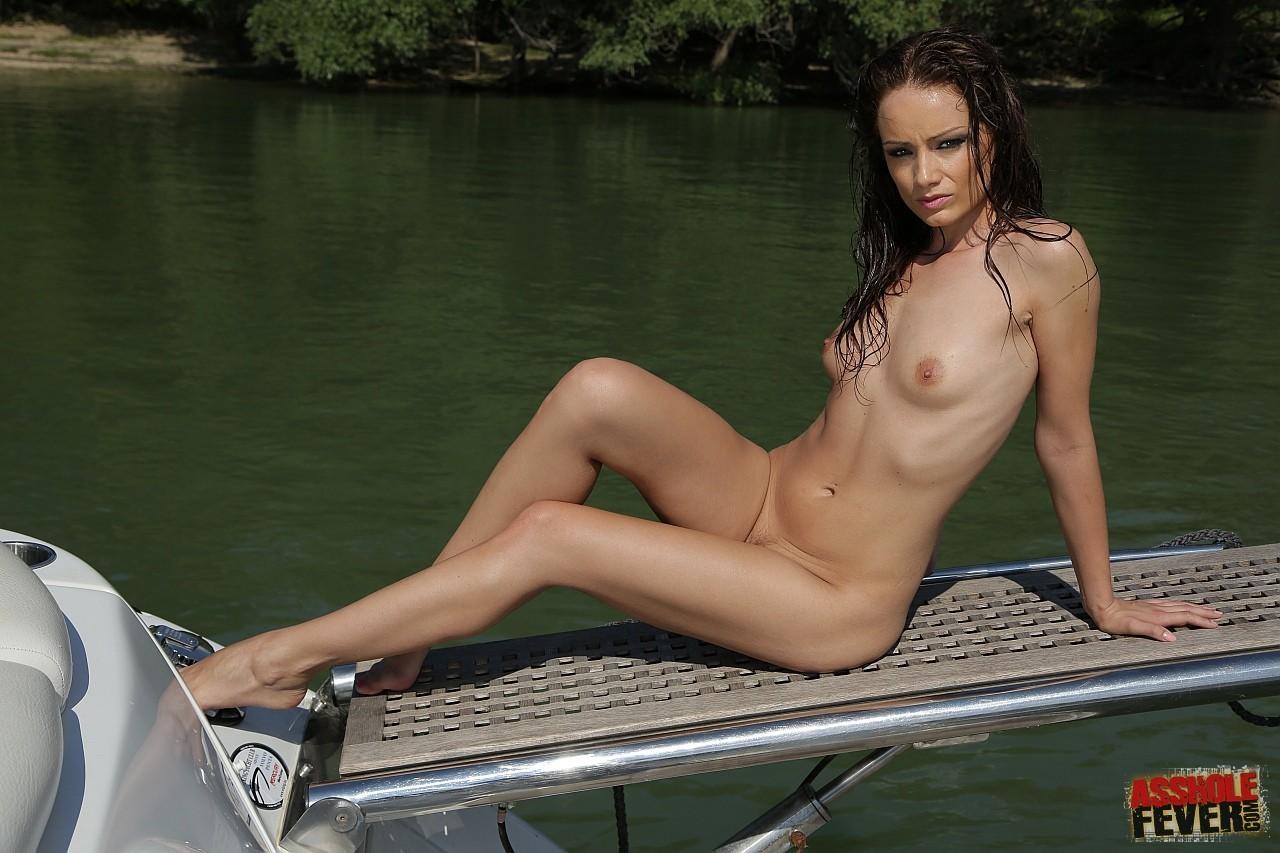 Русая порноактрисса с изящной жопой на речке