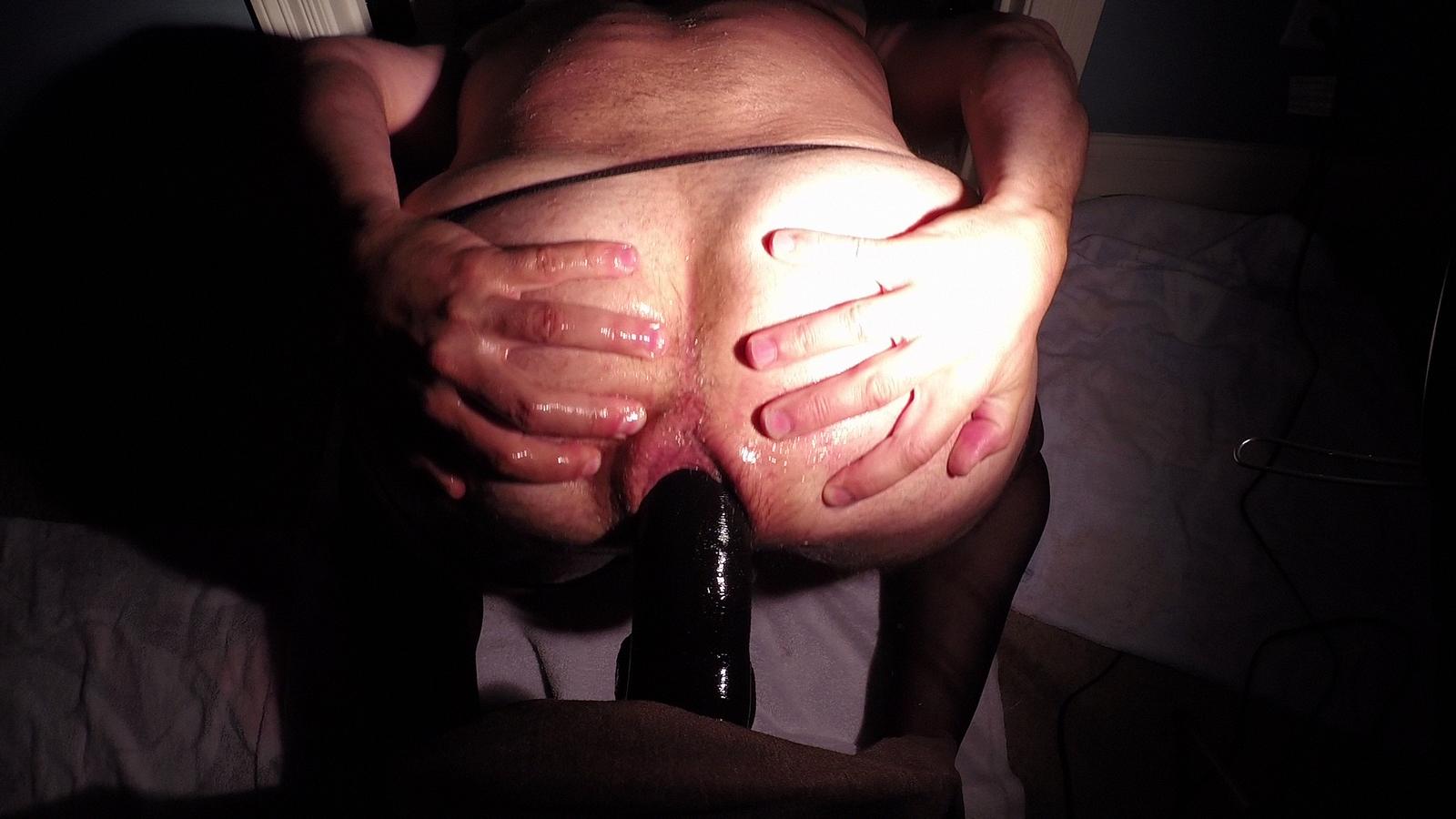 Тетка занимается аналом с крупным, черным самотыком