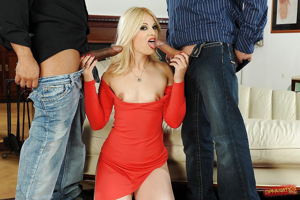 Пара парней выебали в писю и анал блондинку с интимной стрижкой