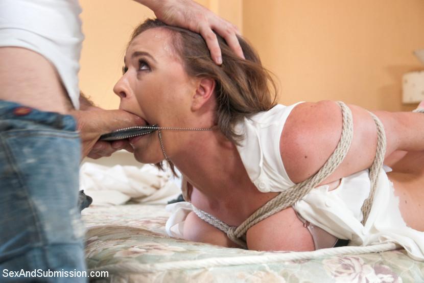 Симпатичная сотрудница органов попала к руки извращенца, который хочет трахать девок на открытом воздухе