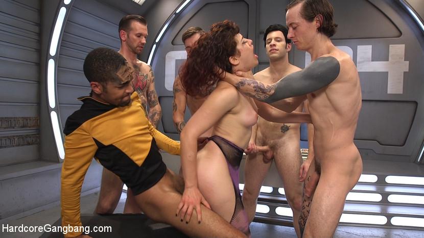 На звездолете Интерпрайс праздник – в гости зашла возбуждённая инопланетянка, изголодавшаяся по парнишкам и перееблась со всей командой