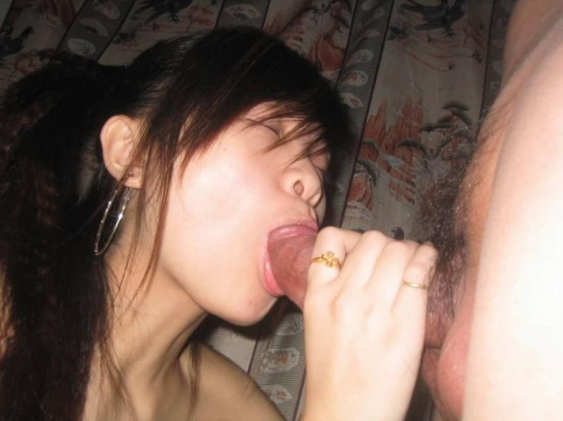 Азиатка с косичками целует писюн у свого мужа