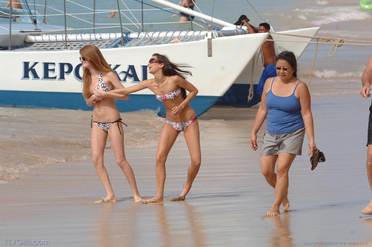 Девахи в бикини Faye Reagan и Джорджиа Джонс гуляют по пляжному берегу и выставляют напоказ свою грудь