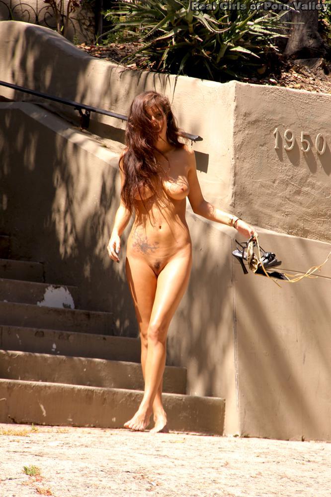 Отважная красоточка в бикини April ONeil идет без трусов и засвечивает свои кусты на людях