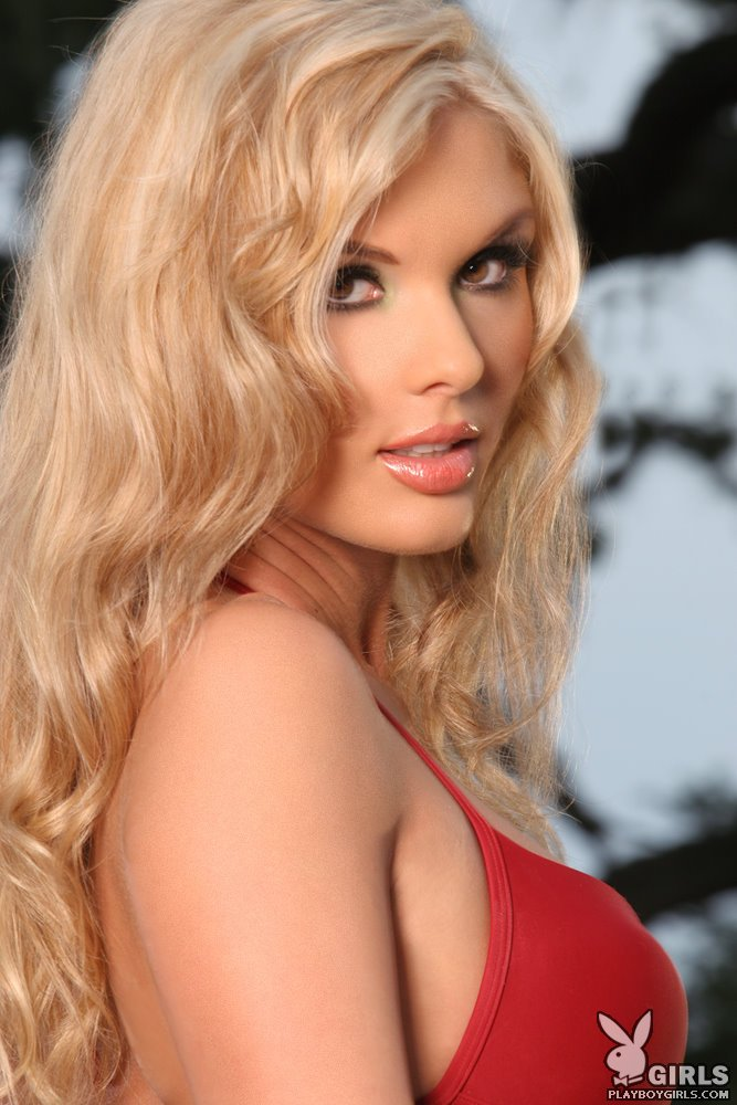 Симпатичная красотка блондиночка Candice Cassidy снимает красное бикини на фоне бассейна