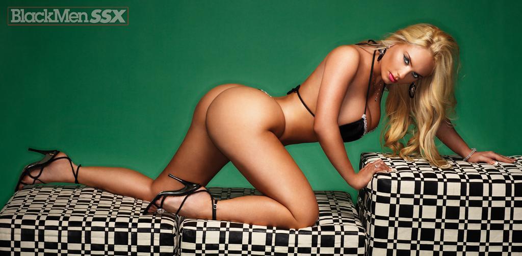 Блодинка с круглой задницей Coco BMD хвастается в возбуждающем бикини