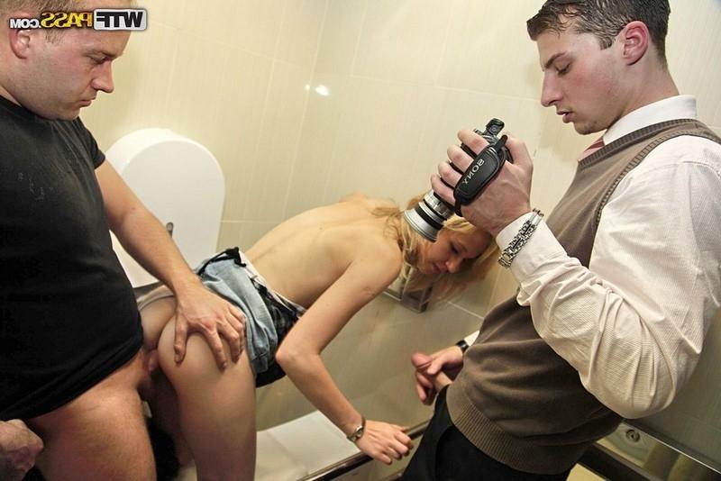 Модель со свелыми волосами дала в туалете двоим мажорам