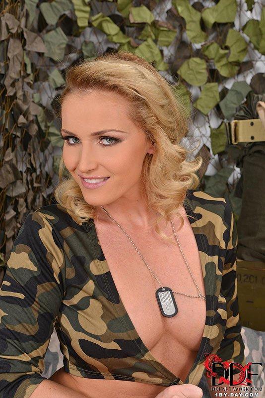 Дикая модель со свелыми волосами Kathia Nobili наслаждается соблазнительной мастурбацией с двойным дилдо