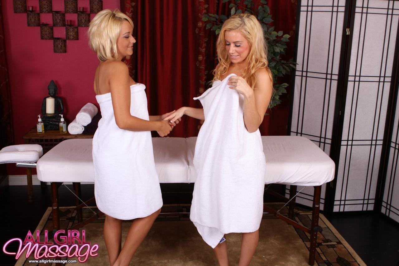 Сексуальные блондинки-лесбиянки Brandy Blair и Mariah Maddysin эротично ублажают и отсасывают друг друга