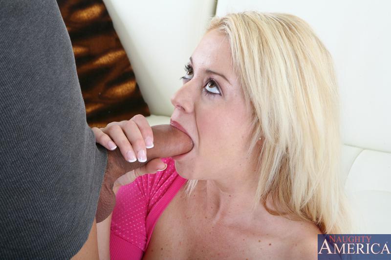 Игривая светлая порно звезда Holly Morgan строит глазки своему секс-партнеру пока он буравит ее сладкую пизду