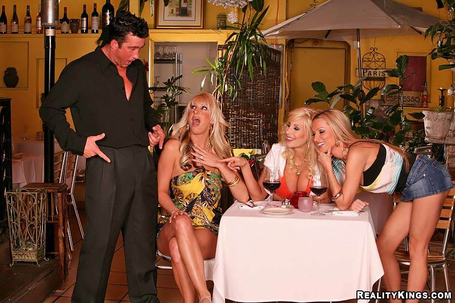 Три шальные блондиночки MILF, Puma Swede, Emilianna и Diana Doll, сосут огромный член счастливчика