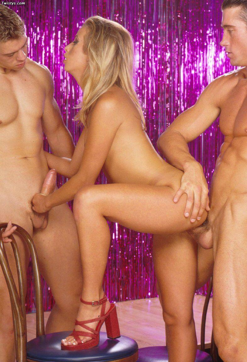 Светловолосая девушка Jeanie Rivers искушает сразу двух парней