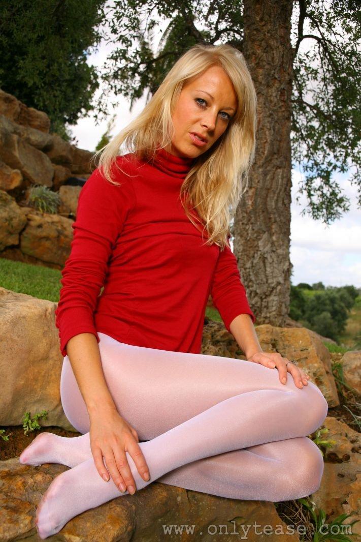 Светловолосая девушка Maria Sheriff снимает нижнее белье в безлюдном месте
