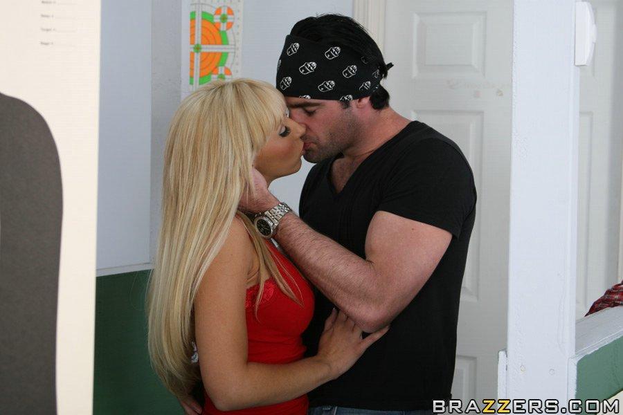 Военная блондинка с большими сисяндрами Jessica Lynn дает горячему юнцу вылизать и трахнуть свою киску
