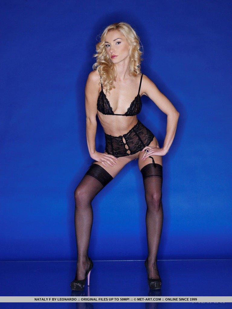 Роскошная блондинка Nataly F показывает свое тело в черном белье