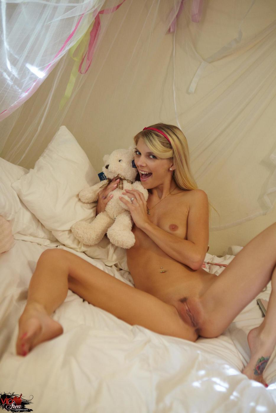 Горячая стройняшка Jana Jordan - роскошная блондиночка и она приглашает в ванную