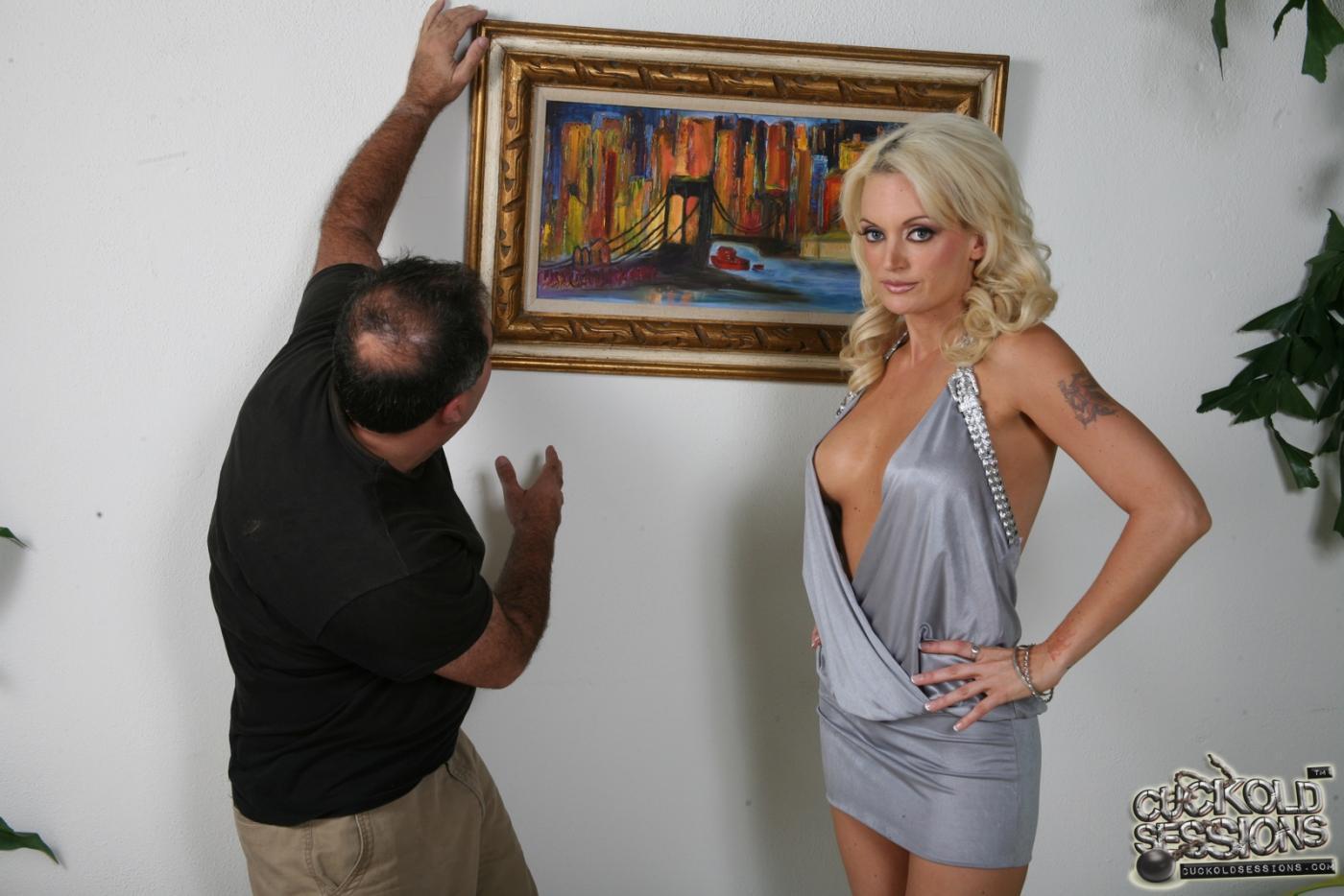 Хорошенькая блондинка Monica Mayhem управляет белыми парнями и поклоняется черным членам