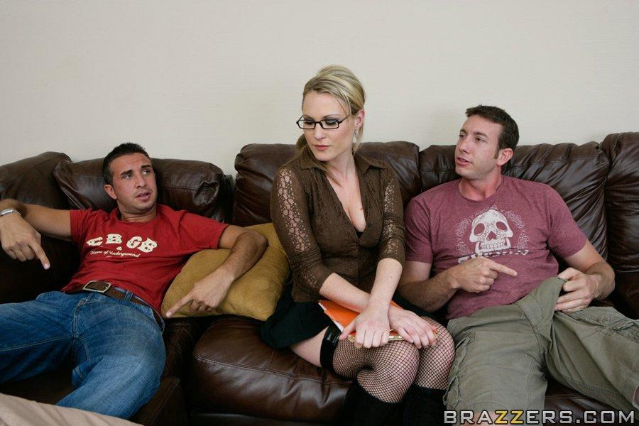 Светлая порноактриса в очках удовлетворила 2-х парней на диване