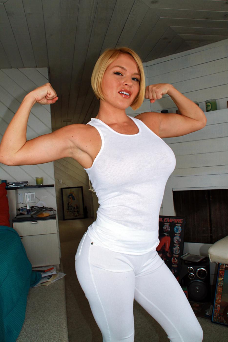 Ласковая блондиночка Krissy Lynn с огромными грудями и круглой жопой сексуально хвастается