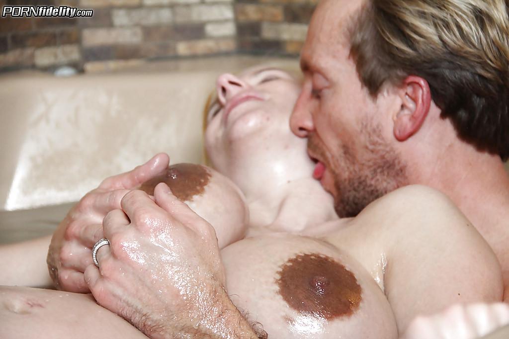 Любовник жарит беременную Haley Cummings в душе