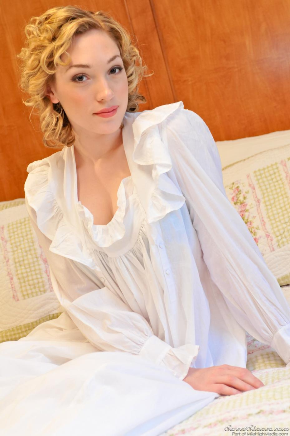 Блондинка Lily Labeau готова показать свое нижнее белье