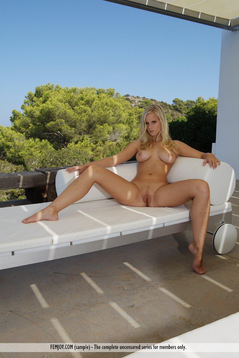 Модель со свелыми волосами Marry Queen выставляет напоказ идеальную грудь и выбритую киску на открытом воздухе