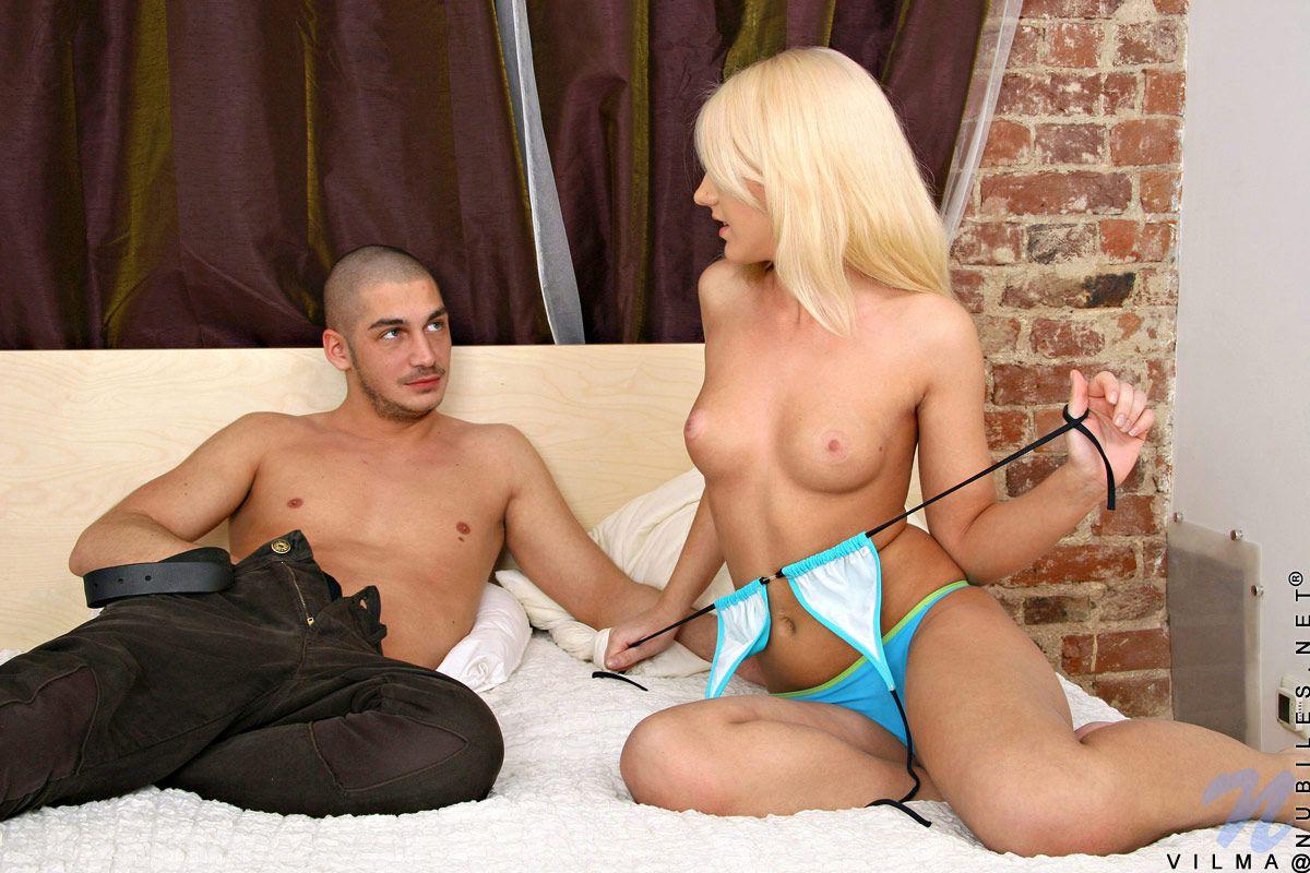Блондинка-подросток Vilma Nubiles дает кончить себе на грудь после порева с большим хуем