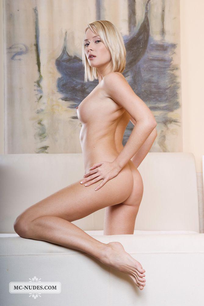 Какое роскошное тело, торчащие груди и красивая писька у блондиночки Deni Nubiles