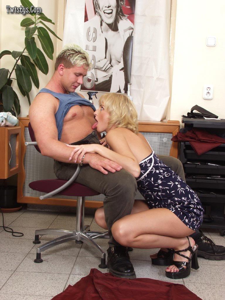 Блондинка Betty Love глотает сперму после траха