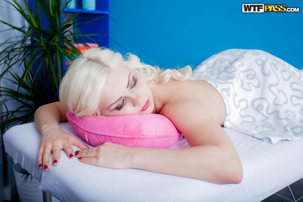 Массажист выеб платиновую блондинку в масле Лану Свит в постели