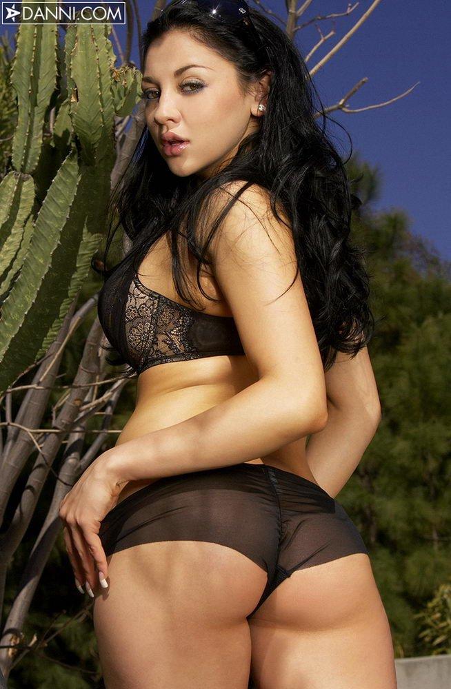 В своем черном белье Audrey Bitoni принимает чертовски сексапильные позы и выставляет напоказ огромные буфера и изящное т ело