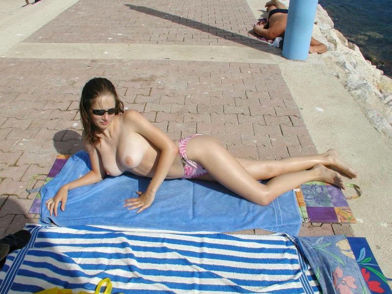 Задорная курортница расслабляется полностью обнаженной