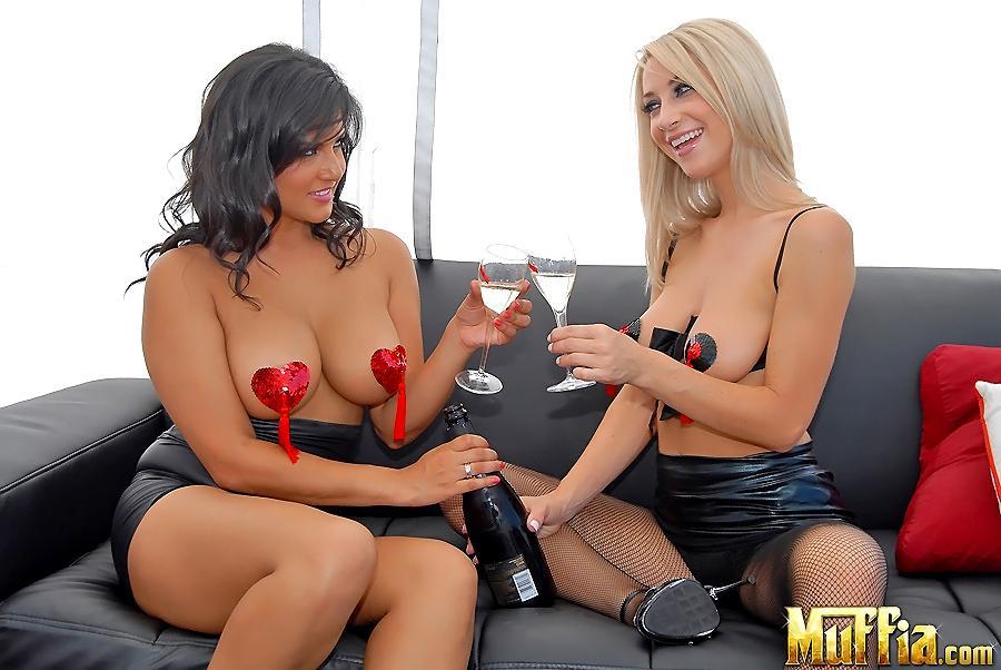 Большегрудые лесбиянки Sunny Leone и Sammie Rhodes вдвоем снимают трусы и ебутся, используя страпон