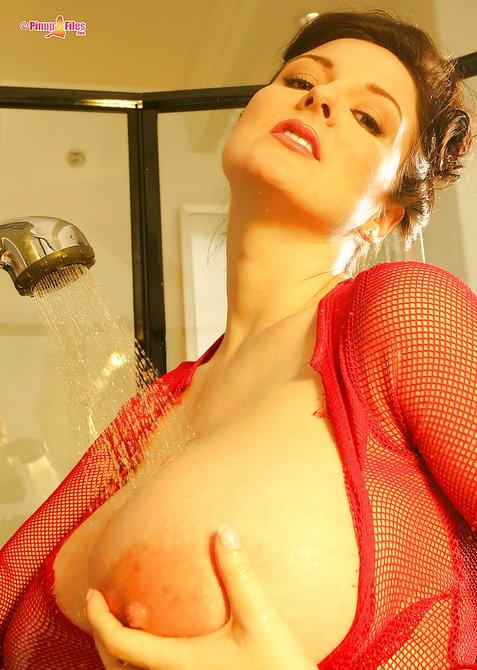 Яркая особа женского пола поливает водичкой свои большая грудь