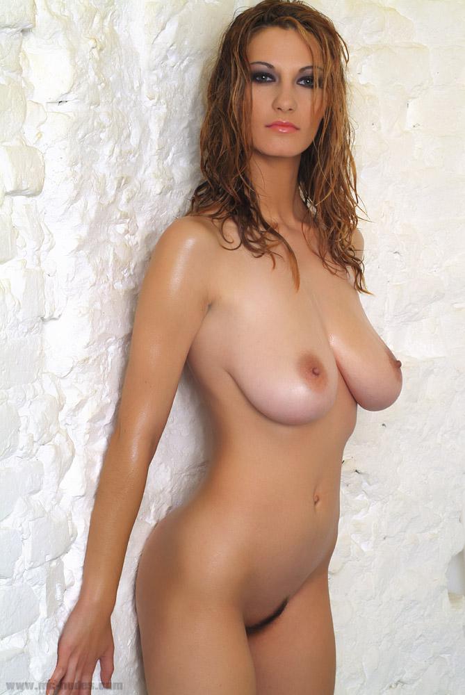 Ласковая Lovely Vanessa - титястая леди, которая наслаждается показывая свои огромные дойки