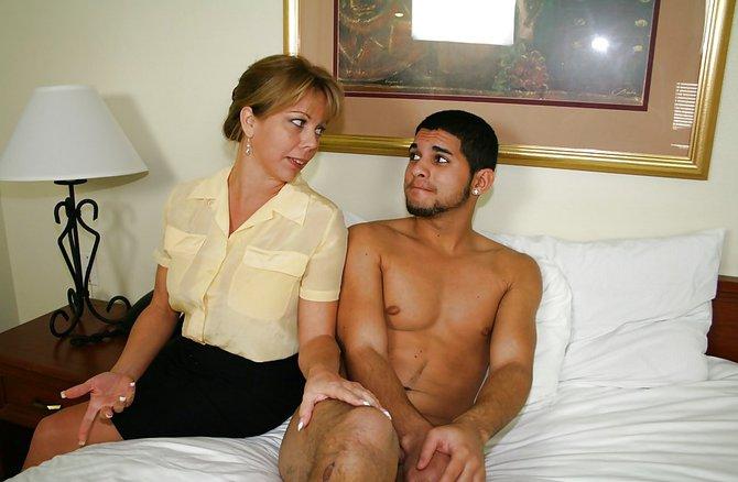 Озабоченная женушка застукала брата за мастурбацией