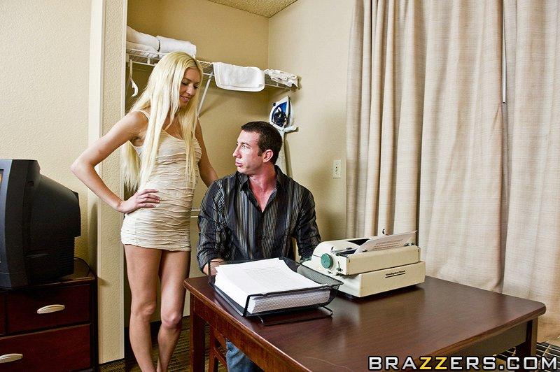 Французской крошке Natasha Nice с отличными крупными классными буферами наполняет напухшую вагину  крупный елдак