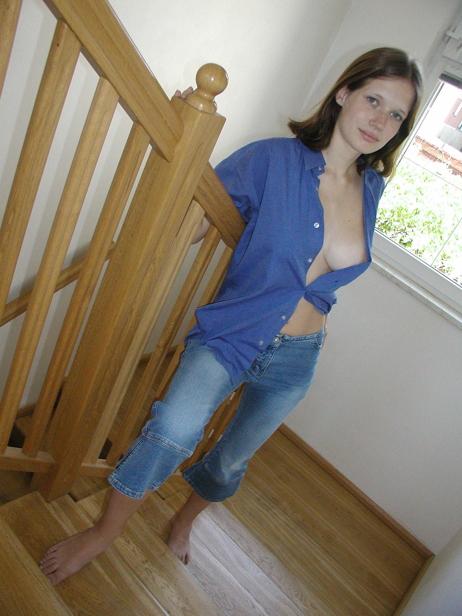Стройная француженка с хорошей грудью часто обнажается в укромном месте