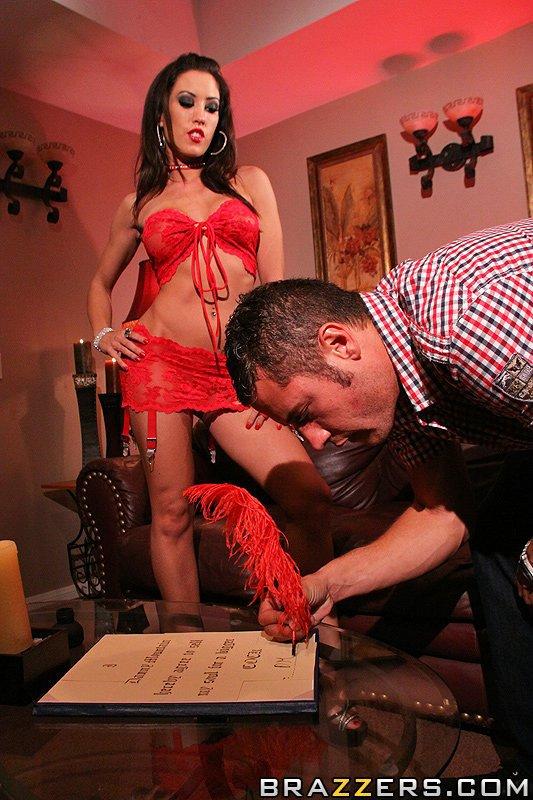 Русая порноактрисса в красном Capri Cavalli наслаждается членом на кровати