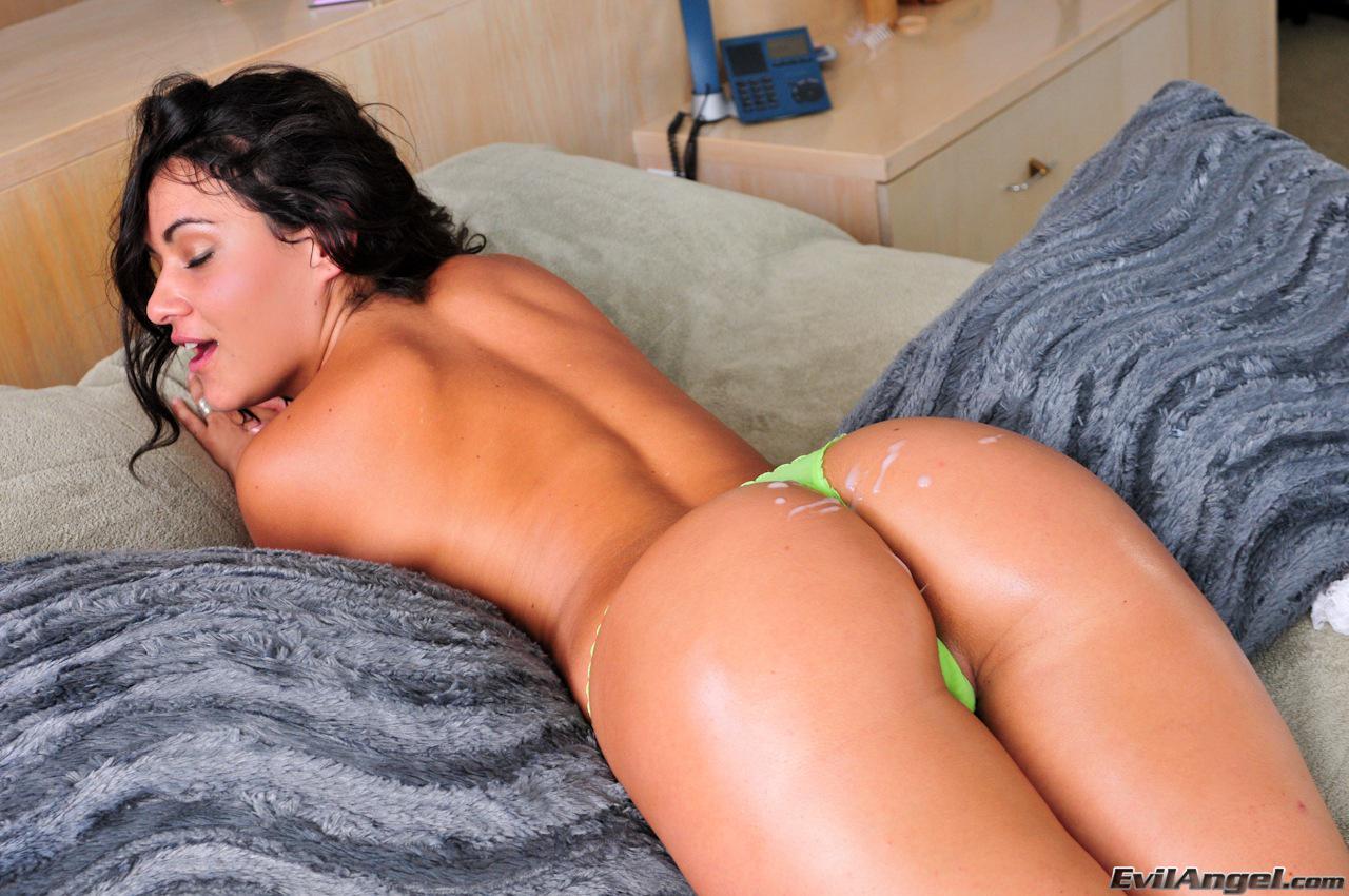Грудастая русая порноактрисса с шикарной задницей Charley Chase шалит с маленькими стрингами