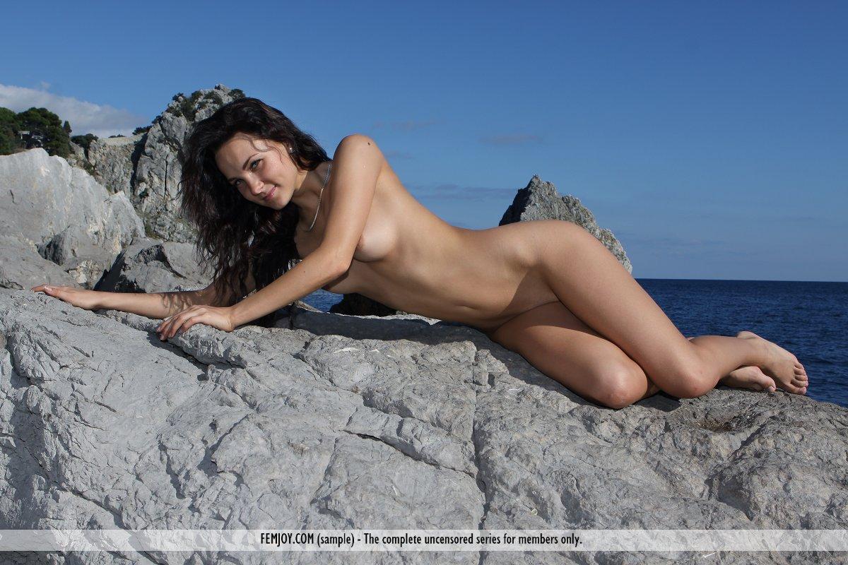 Голая русая порноактрисса Madalynn Femjoy устраивает эротическую фотосессию на камнях