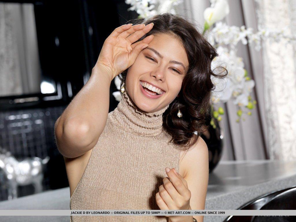Прелестная шатенка Jackie D роскошно улыбается