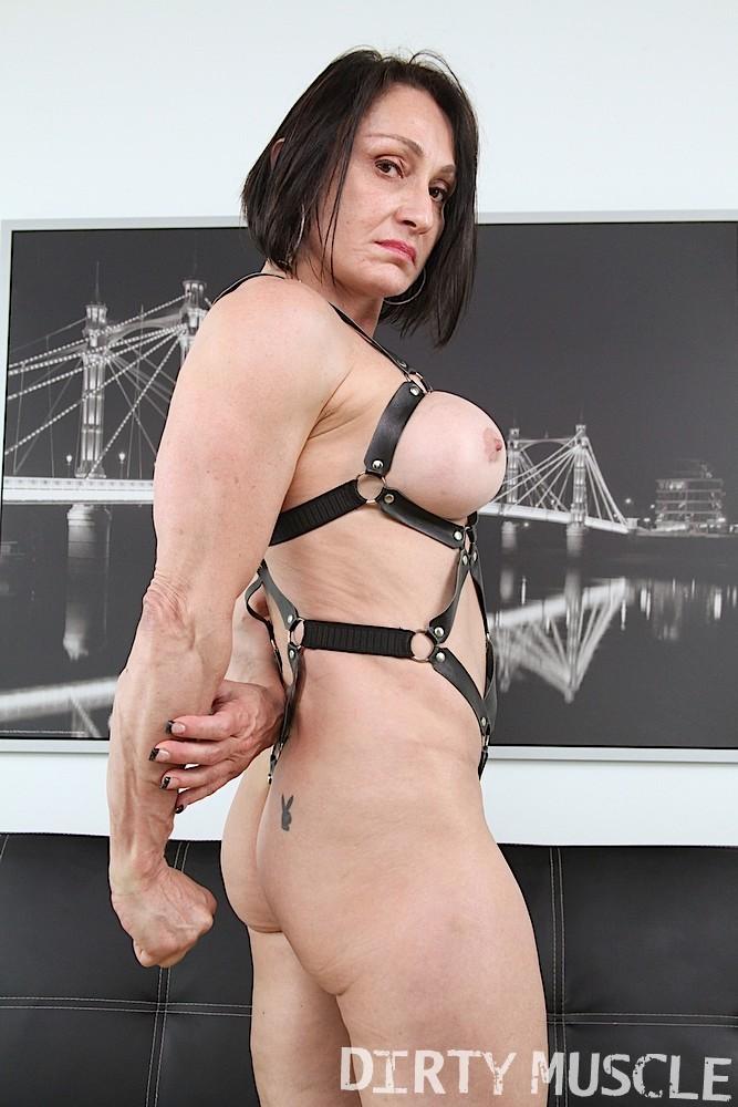 Смелая сучка одевает сексуальный прикид и показывает свое туловище перед камерами