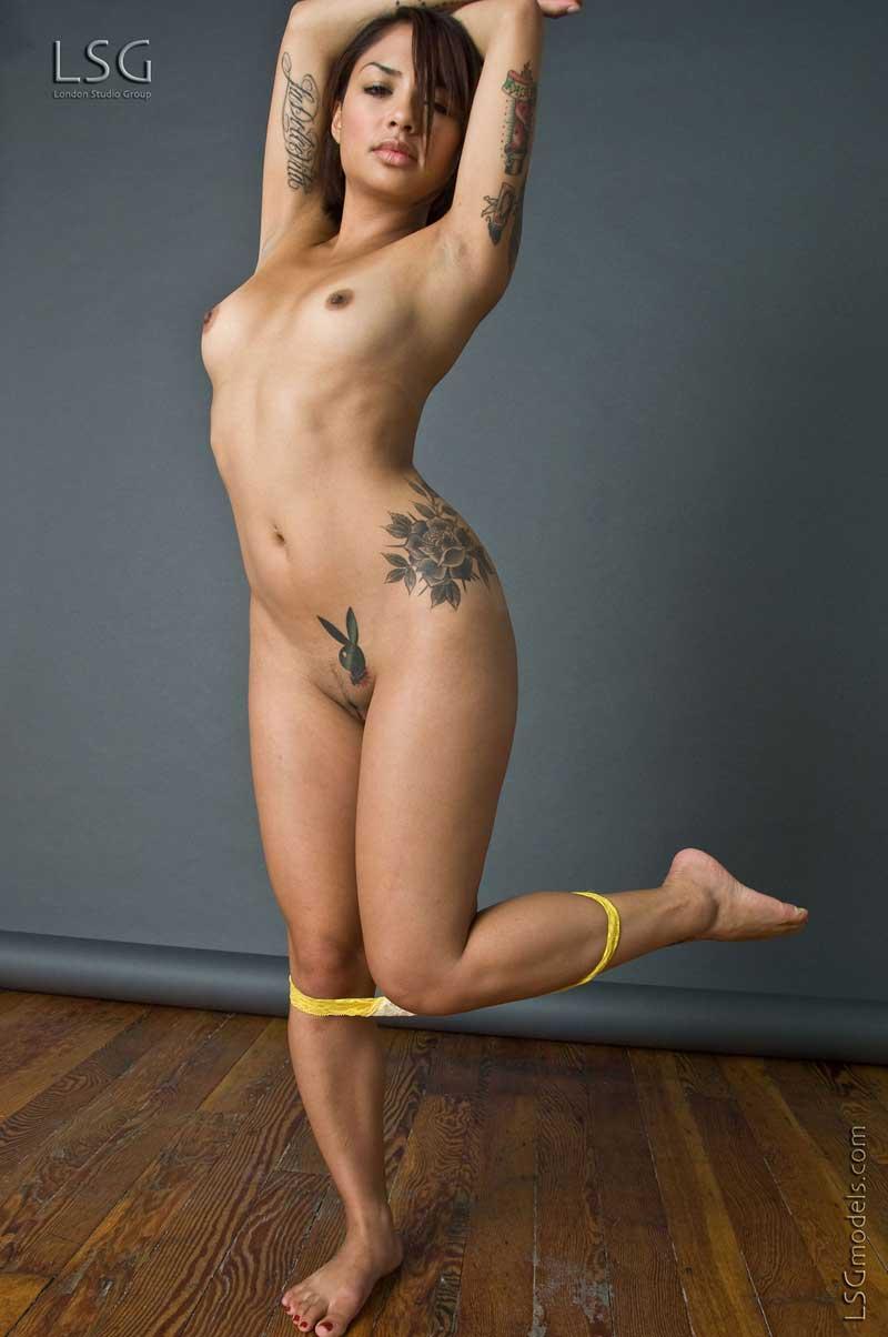 Темненькая девушка с бритой пиздой и тату Micaela Lsgmodels снимает желтые бикини