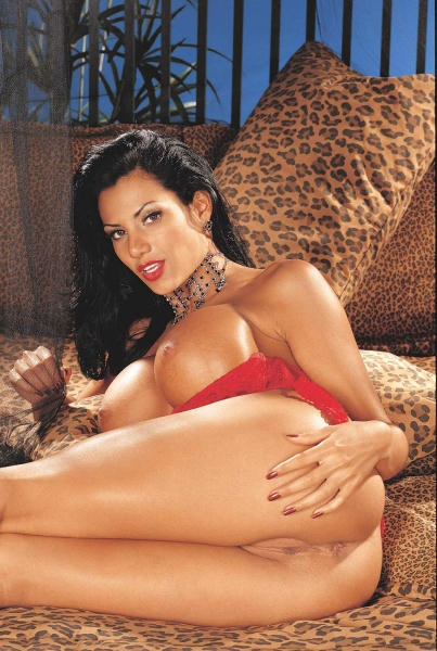 Грудастая экзотическая темноволосая девка Exotica Soto в красном обнажила свои сногсшибательные интимные части тела