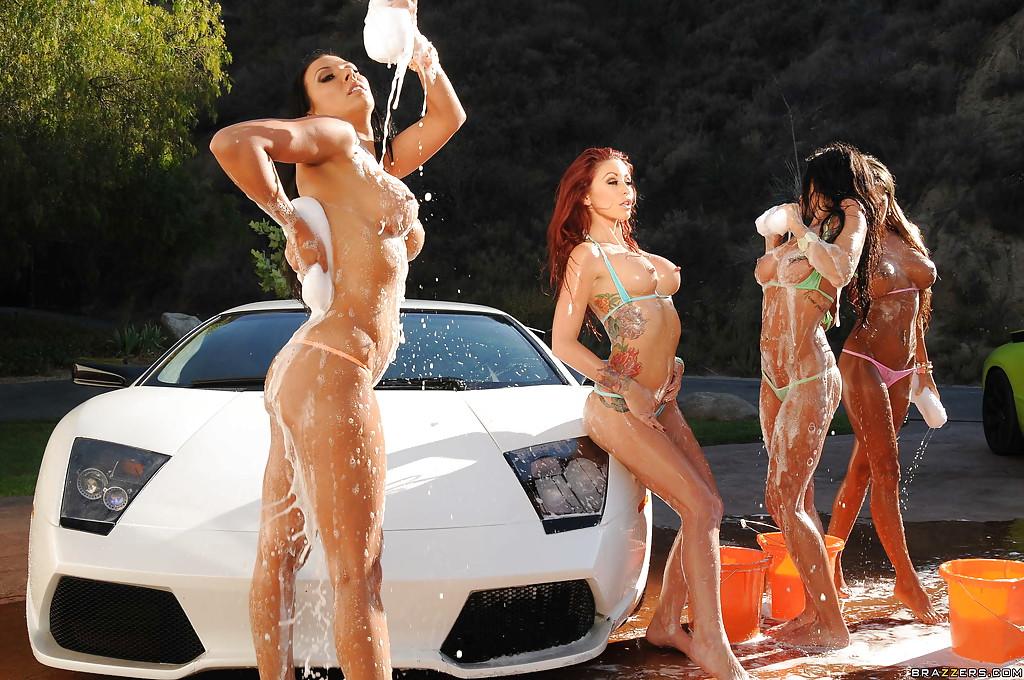 Четверо девах в обнаженном виде помыли роскошный спорткар