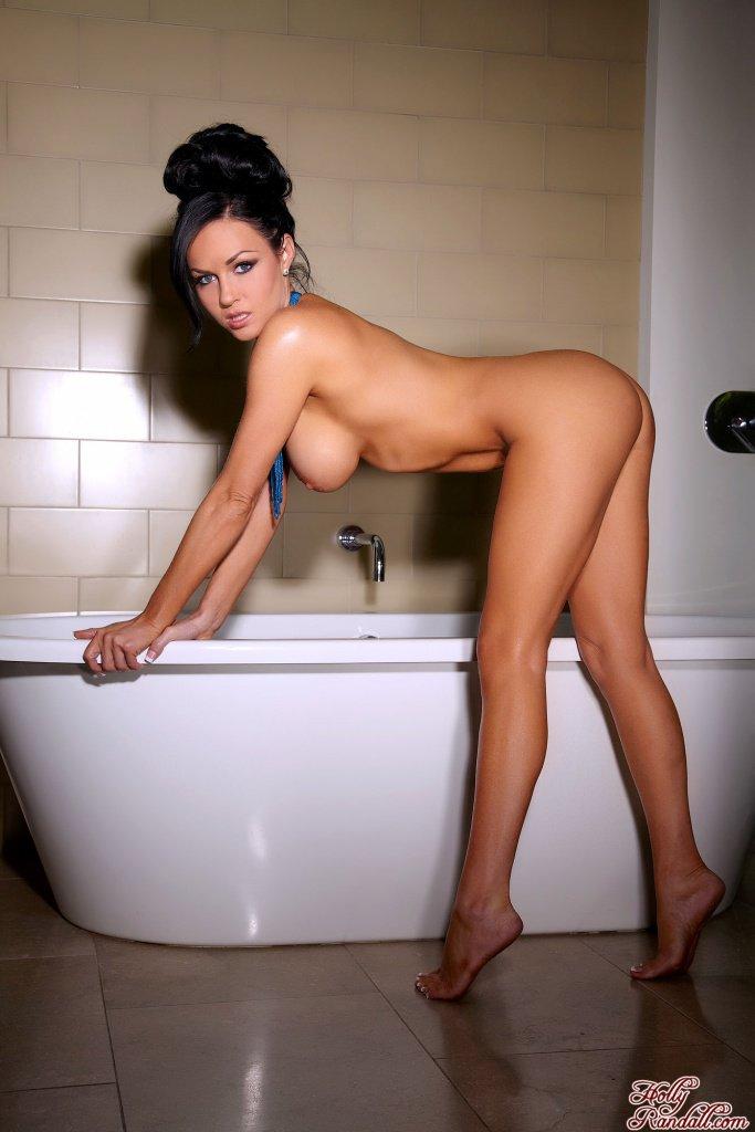 Титькастая темноволосая девка Isabella Fierra в ванной