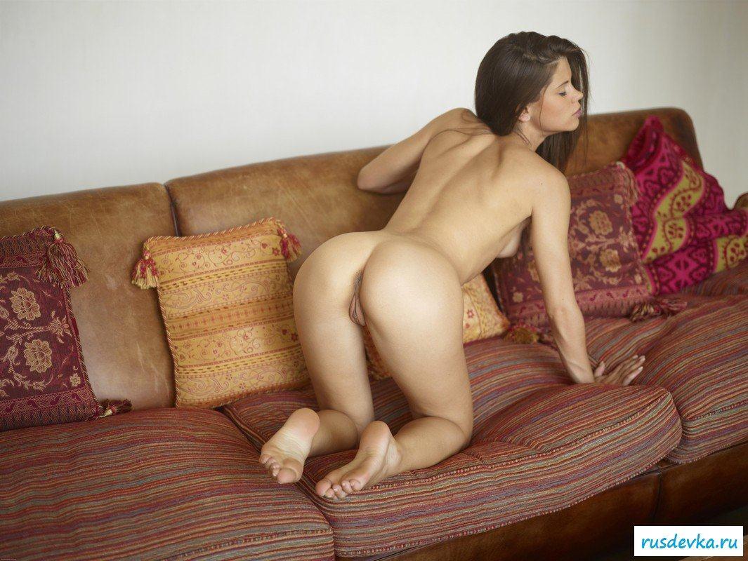 Русая порноактрисса заводит писю дома