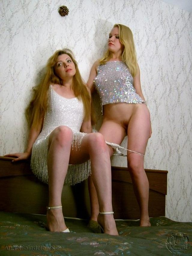 Две изящные девахи развлекаются xxx фото
